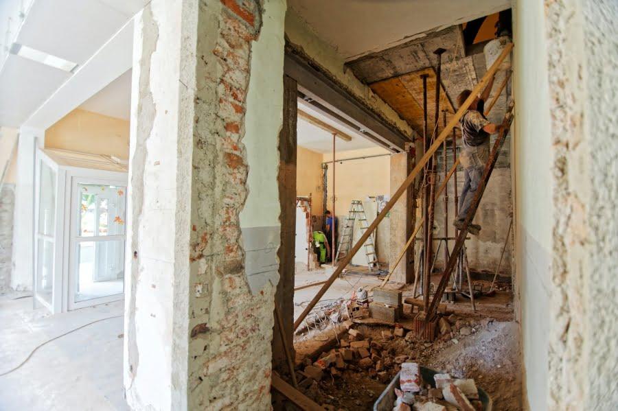 Bán nhà đang sửa chữa